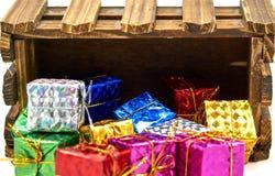 Подарочная коробка падает деревянная клеть стоковое изображение rf