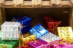 Подарочная коробка падает деревянная клеть стоковая фотография