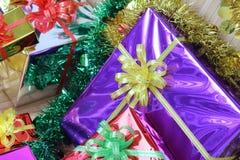 Подарочная коробка пестротканых лент аранжированных красиво Стоковое Изображение