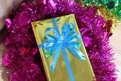 Подарочная коробка пестротканых лент аранжированных красиво Стоковые Изображения