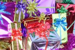 Подарочная коробка пестротканых лент аранжированных красиво Стоковые Изображения RF