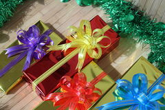 Подарочная коробка пестротканых лент аранжированных красиво Стоковое Изображение RF