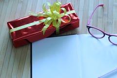 Подарочная коробка пестротканых лент аранжированных красиво Стоковая Фотография RF