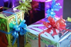 Подарочная коробка пестротканых лент аранжированных красиво Стоковые Фотографии RF
