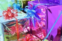 Подарочная коробка пестротканых лент аранжированных красиво Стоковая Фотография