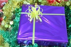 Подарочная коробка пестротканых лент аранжированных красиво Стоковое Фото