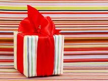 Подарочная коробка присутствующая на красочной предпосылке Стоковые Изображения RF