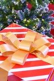 Подарочная коробка присутствующая с лентой и рождественской елкой Стоковые Изображения RF
