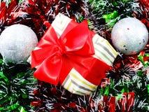 Подарочная коробка присутствующая с красной предпосылкой рождества ленты Стоковое Изображение RF