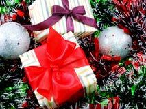 Подарочная коробка присутствующая с красной предпосылкой рождества ленты Стоковое Изображение