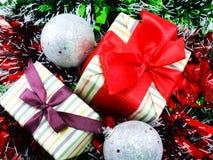 Подарочная коробка присутствующая с красной предпосылкой рождества ленты Стоковые Фотографии RF