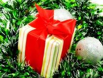 Подарочная коробка присутствующая с красной предпосылкой рождества ленты Стоковая Фотография RF