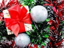Подарочная коробка присутствующая с красной предпосылкой рождества ленты Стоковые Изображения