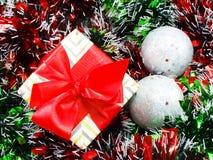 Подарочная коробка присутствующая с красной предпосылкой рождества ленты Стоковое фото RF