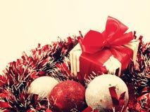 Подарочная коробка присутствующая с красными украшениями ленты с красным и белым годом сбора винограда предпосылки рождества суса Стоковое Изображение RF