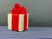 Подарочная коробка присутствующая с красным смычком Стоковая Фотография