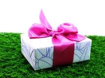 Подарочная коробка присутствующая с розовой лентой Стоковые Изображения RF