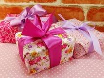 Подарочная коробка присутствующая с розовым смычком ленты на розовой точке польки Стоковые Изображения