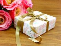 Подарочная коробка присутствующая с украшениями ленты Стоковые Изображения