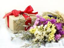 Подарочная коробка ремесла бумажная с смычком ленты и букет цветка с текстурой ткани Стоковые Изображения