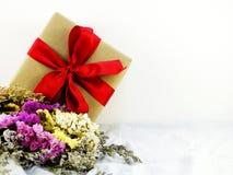 Подарочная коробка ремесла бумажная с смычком ленты и букет цветка с текстурой ткани Стоковые Фотографии RF