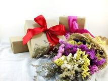 Подарочная коробка ремесла бумажная с смычком ленты и букет цветка с текстурой ткани Стоковая Фотография RF