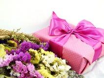 Подарочная коробка ремесла бумажная с смычком ленты и букет цветка с текстурой ткани Стоковые Изображения RF
