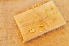 Подарочная коробка - ремесленничество оборачивая, шпагат подарочной коробки пергамента, милое простое Стоковая Фотография RF