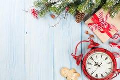Подарочная коробка рождества, будильник и ветвь дерева Стоковая Фотография RF