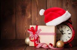 Подарочная коробка рождества, будильник и шляпа santa Стоковое Изображение