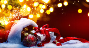 Подарочная коробка рождества искусства и света праздников на красной предпосылке Стоковые Фотографии RF