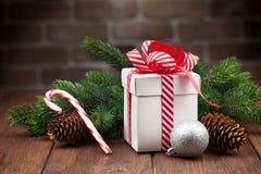 Подарочная коробка рождества и ветвь дерева Стоковое фото RF