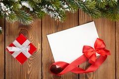 Подарочная коробка рождества и пустая поздравительная открытка Стоковое фото RF