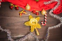 Подарочная коробка рождества, оформление еды и ветвь ели на деревянном столе Стоковая Фотография