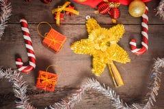 Подарочная коробка рождества, оформление еды и ветвь ели на деревянном столе Стоковое Фото