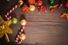 Подарочная коробка рождества, оформление еды и ветвь ели на деревянном столе Стоковое фото RF