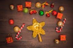 Подарочная коробка рождества, оформление еды и ветвь ели на деревянном столе Стоковые Изображения RF