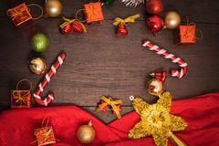 Подарочная коробка рождества, оформление еды и ветвь ели на деревянном столе Стоковые Фотографии RF