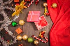 Подарочная коробка рождества, оформление еды и ветвь ели на деревянном столе Стоковое Изображение