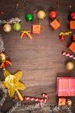 Подарочная коробка рождества, оформление еды и ветвь ели на деревянном столе Стоковые Изображения