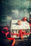 Подарочная коробка рождества handmade с бумажными снежинками и праздничными украшениями Стоковые Фотографии RF