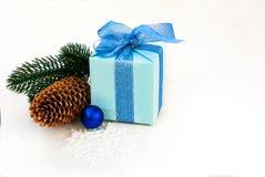 Подарочная коробка связанная с голубой лентой, ветвями ели и christm Стоковое Изображение