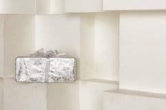 Подарочная коробка стоя на белой полке Стоковые Фотографии RF