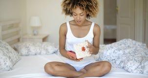 Подарочная коробка счастливой молодой женщины открытая в спальне Стоковая Фотография RF