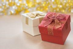 Подарочная коробка с лентой и bokeh в предпосылке стоковые изображения rf