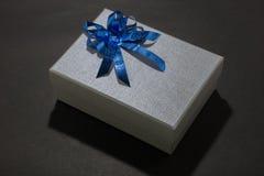 Подарочная коробка с землей задней части темноты стоковые изображения rf
