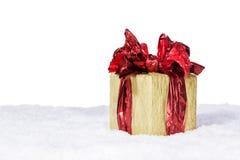 Подарочная коробка с красной лентой на снеге Стоковая Фотография RF