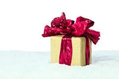 Подарочная коробка с красной лентой на снеге Стоковое фото RF