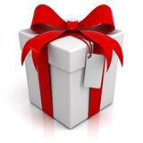 Подарочная коробка с красным смычком ленты и пустая бирка на белой предпосылке Стоковое Изображение RF