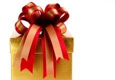 Подарочная коробка с красочными лентами на белой предпосылке Стоковые Фото